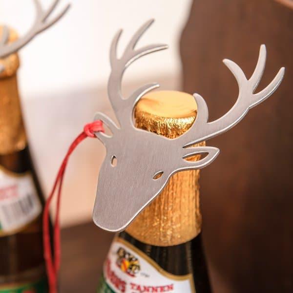 """Wer lieber zur Flasche als zum Maßkrug greift, kann diese mit dem """"Deer Up""""-Flaschenöffner zumindest stilvoll öffnen. (Foto: Designimdorf)"""