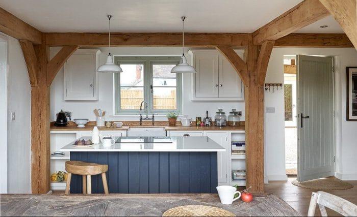 Ländlich Wird Es Auch Mit Diesen Dunkelblauen Holzverschlägen Einer Küche  Im Britischen Herefordshire: Die Kücheninsel