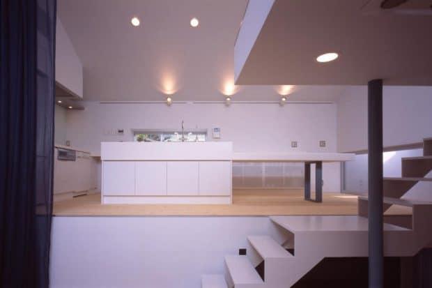 Auch für die Küche muss man sich in so einem schmalen Gebäude etwas einfallen lassen - die Japaner lösten es mit einer offenen Galerie direkt an der Treppe entlang. (Foto: Milligram Architectural Studio)