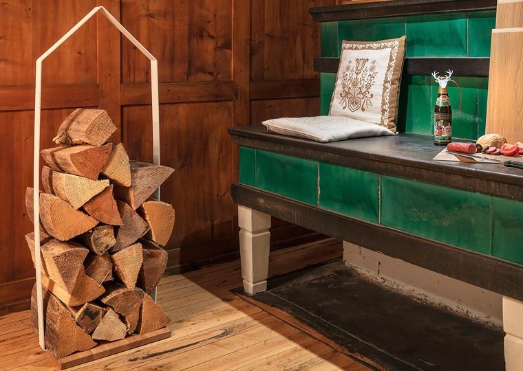 Wer eine Mischung aus Design und bayerischer Gemütlichkeit zuhause bevorzugt, sollte sich die Holzlege von Sascha Sartory näher anschauen. (Foto: design im dorf)