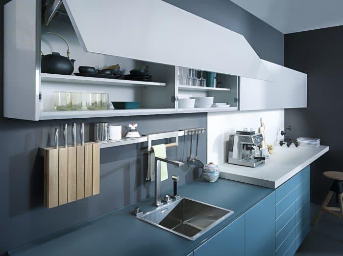 Aquamarine Küchen sind für Mutige: Leicht Küchen hat einem Modell hier den idealen Schliff mit gehärtetem Glas, hellgrauen Oberschränken und kleinen Holzelementen gegeben. (Küche: Leicht, Largo-FG IOS-M)