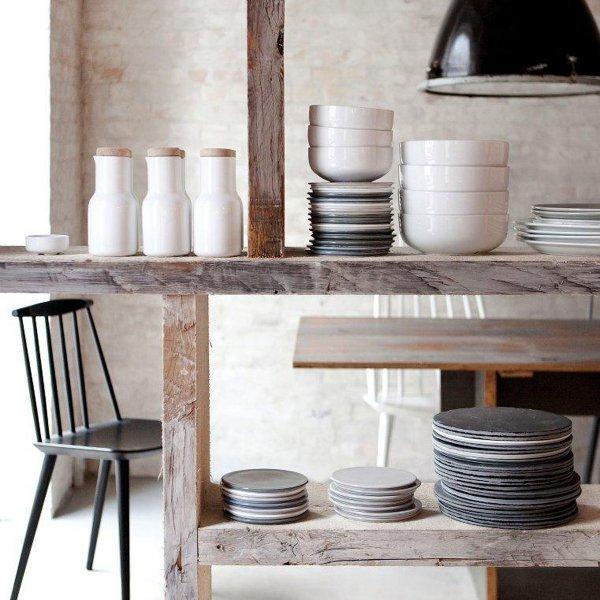 Milchkaraffen, dicke runde Schüsselchen, meerblaue Teller: Die Serie ist eindeutig am nordischen Design orientiert. (Foto: design3000)