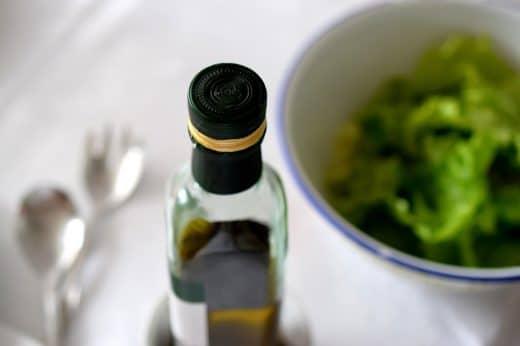 Kürbiskernöl steckt voller wertvoller ungesättigter Fettsäuren, besitzt einen charakteristischen Geschmack - und könnte Ihre neue Herbstalternative im Salat werden. Probieren Sie's aus! (Foto: Rothschild Bentley)