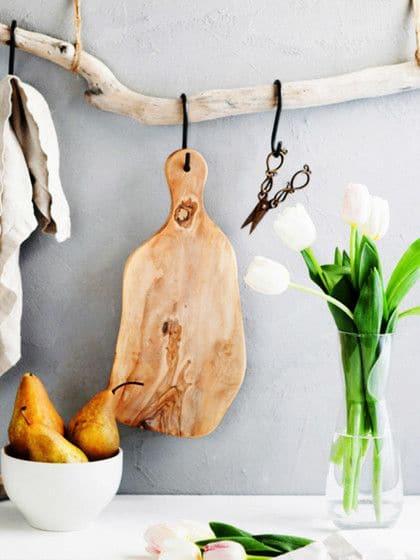 Eine Vorrichtung, um Kochgeschirr aufzuhängen, kann man sich sogar ganz einfach selbst basteln. (Foto: stylight; stocksy)