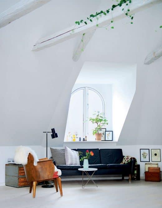 Dachschrägen eignen sich hervorragend als gemütliche Bucht für Sofas, Betten und Leseecken. (Foto: lilaliv.ch)