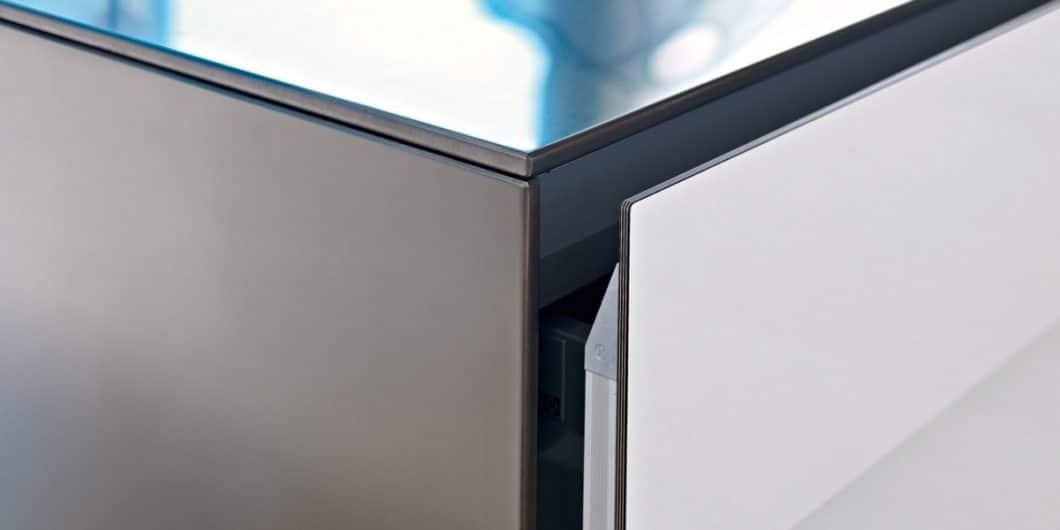 Die Artematica Multiline von Valcucine kombiniert Holz, Aluminium und Laminat für ihre hochwertigen, grifflosen Küchenfronten. (Foto: Valcucine)