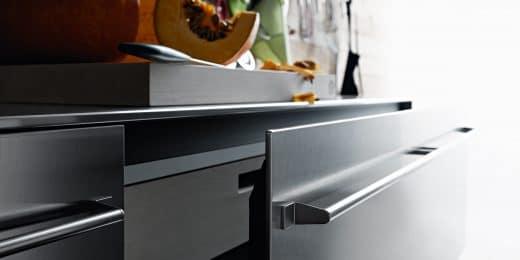 Edelstahl wird nicht mehr nur in Großraumküchen als hygienisches, hitzebeständiges Material für Fronten und Flächen eingesetzt. Auch zuhause ist es der perfekt-kühle Begleiter für puristische Küchen - wenn man mit einer Patina an Kratzern leben kann. (Foto/Küche: Valcucine; Artematica Inox)