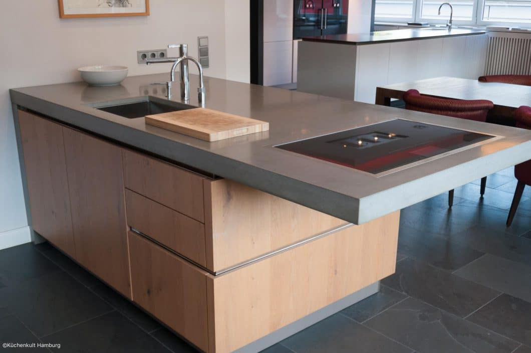 Moderne küche holz  Holz, Beton und Edelstahl: Eine moderne Küche - KüchenDesignMagazin ...