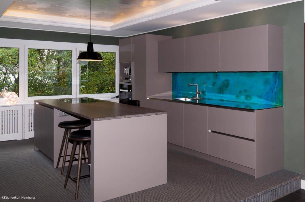 graue k che mit blauer r ckwand k chendesignmagazin lassen sie sich inspirieren. Black Bedroom Furniture Sets. Home Design Ideas