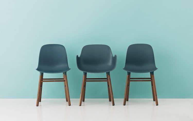 Mit Armlehnen oder ohne: Der Form Chair ist in allen möglichen Farben und Formen erhältlich und eine absolute Stilikone in der Möbelwelt, die sich immer noch nach skandinavischem Design verzehrt. Label: Normann Copenhagen