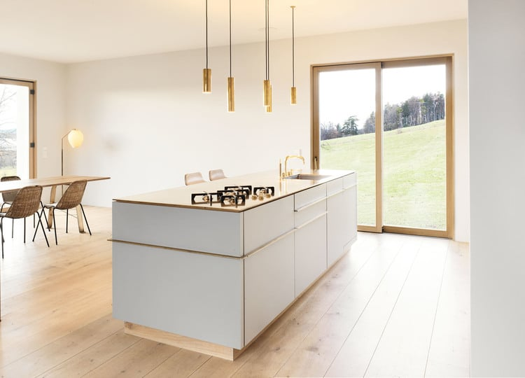 Auch der Küchenraum bietet Ausblick auf die grüne Natur sowie einen großen, schweren Eichentisch als Versammlungsort für die ganze Familie. (Foto: spandriwiedemann.de)