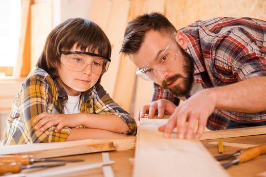 Kinder wie Erwachsene können hier die Welt des Holzes entdecken und spielerisch den Umgang mit Werkzeug und Rohmaterialien lernen.