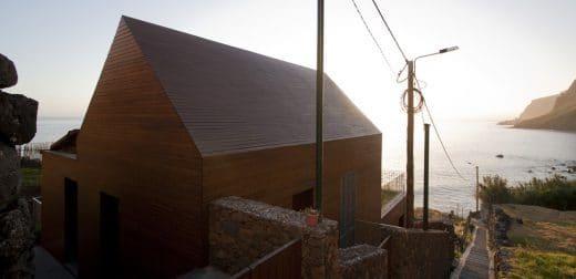 Das Ferienhaus der Architekten Mayers & Selders wurde auf zwei Terrassen in Hanglage zum Meer gebaut - kein leichtes Bauunterfangen. (Foto: dirkmayer.com)