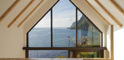 Das offene Giebel-Dachgeschoss gibt den Blick auf Bergketten und Ozean frei - oder geradewegs hinunter auf den Küchentisch. (Foto: dirkmayer.com)
