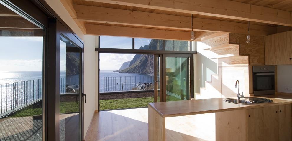 Das Ferienhaus auf Madeira bietet sogar beim Kochen einen atemberaubenden Ausblick aufs Meer. (Foto: dirkmayer.com)