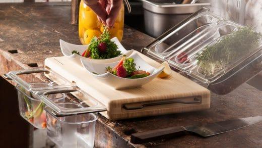 """Alles, was man zum Arbeiten in der Küche braucht: Das Frankfurter """"Mini (Mono)""""-Brett mit einem stabilen Bügelsystem und Servierfläche. (Foto: frankfurter-brett.de)"""