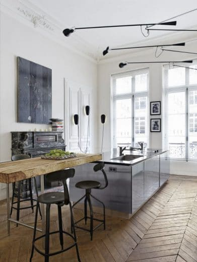 Altbau ist hell und lichtdurchflutet - aber oftmals strukturell bedingt auch kühl und weitläufig. Die Pariser Architektin Isabelle Stanislas hat diese Kühle für den Industrial Look in ihrer Küche genutzt (siehe Bsp. 2) (Foto: awmagazin)