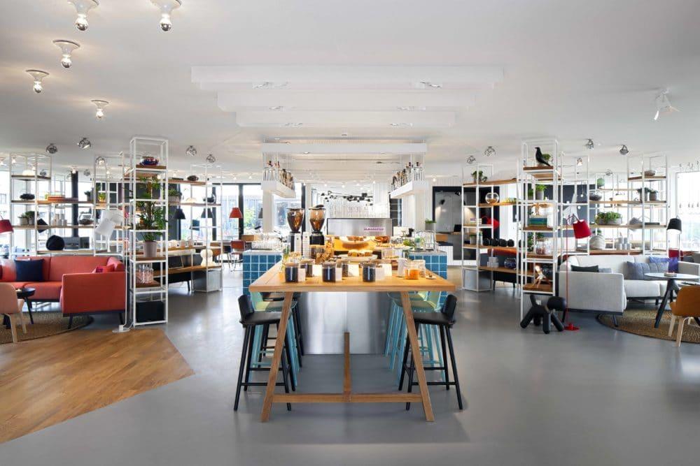 Schon die Empfangshalle des Zokus ist eine gemütlich-bunte Lounge aus Designersesseln, großen Holztischen und wandhohen Bücherregalen. (Foto: livezoku.com)