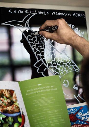 Ob Kochrezepte, Menüvorschläge oder Einkaufslisten: Auf der Dunstabzugshaube von Neff darf man kreativ werden. (Foto: neff.de)