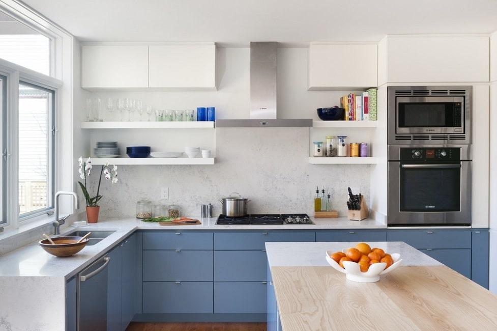 Besonders Mit Einer Hellen Arbeitsplatte In Marmorierter Optik Kommen Blaue  Küchen Besonders Hochwertig Und Gut Zur Geltung. (Foto: Pinney Designs)