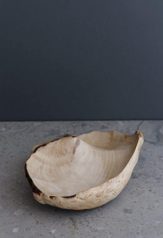 Eine Schale, so eigenwillig und zart wie eine Nussschale auf dem großen Meer. Und von Wind, Wasser und Wetter können die Finnen ein Lied singen. Jedes Teil ist ein Unikat! Koti Burl, ca. 200 Euro, samuji.com (Foto: Sami Repo)