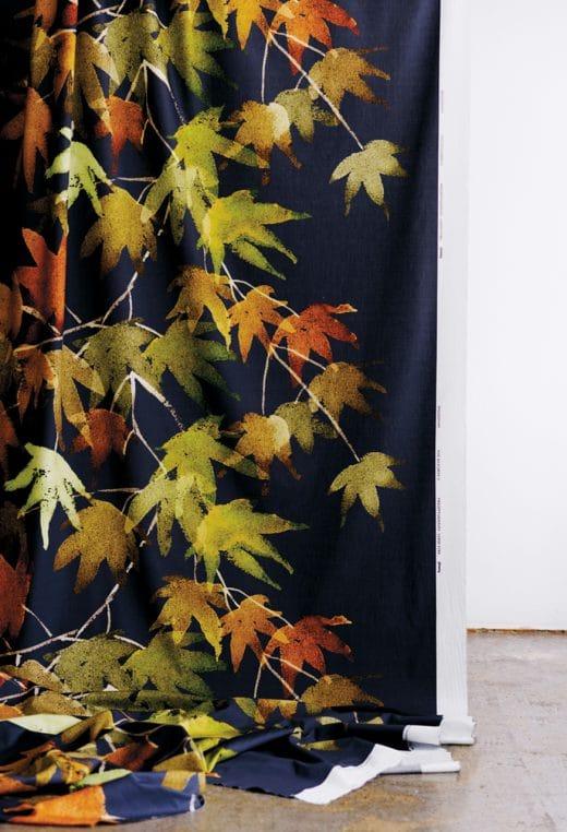 Passend zum grau aufwallenden Herbst da draußen: Bunte Blätter auf einem eleganten Vorhang aus japanischer Vaahtera-Faser. Ca. 45 Euro, samuji.com (Foto: Sami Repo)