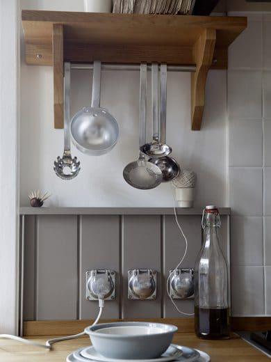 Ebenfalls charakteristisch für die Shaker-Küche: Schlichte Applikationen, um Küchengeschirr und -geräte aufzuhängen, die sichtbar gemacht werden und somit das Bild der Küche prägen. Küche: woodworker