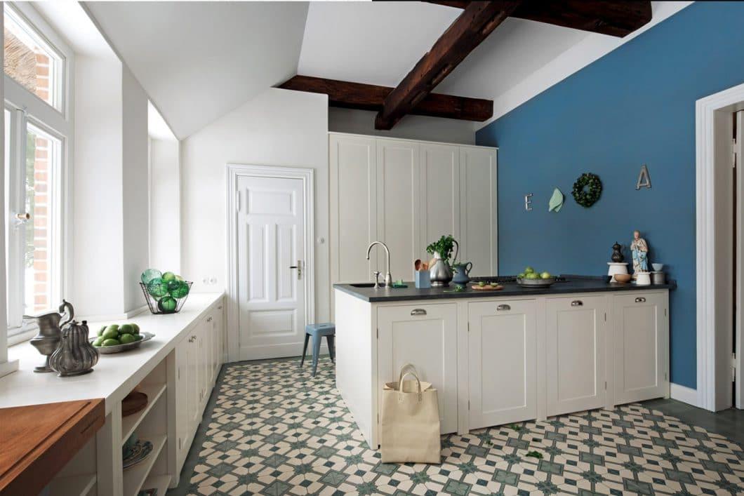 Die Kassettenfronten werden in Küche und Tür aufgenommen, alte Deckenbalken bleiben bestehen, Fliesenmuster werden ins Küchenkonzept eingebunden. Shaker-Küchen knüpfen an traditionelle Küchenräume an. (Küche: woodworker; AP: getrommelter Granit; Front: Lackiert)