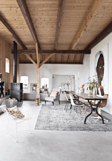Der große Essbereich geht fließend in Wohnbereich und Küche (um die Ecke) über und grenzt sich durch einen Teppich leicht vom Rest des hellen Zimmers ab. (Foto: ina-matt.com)