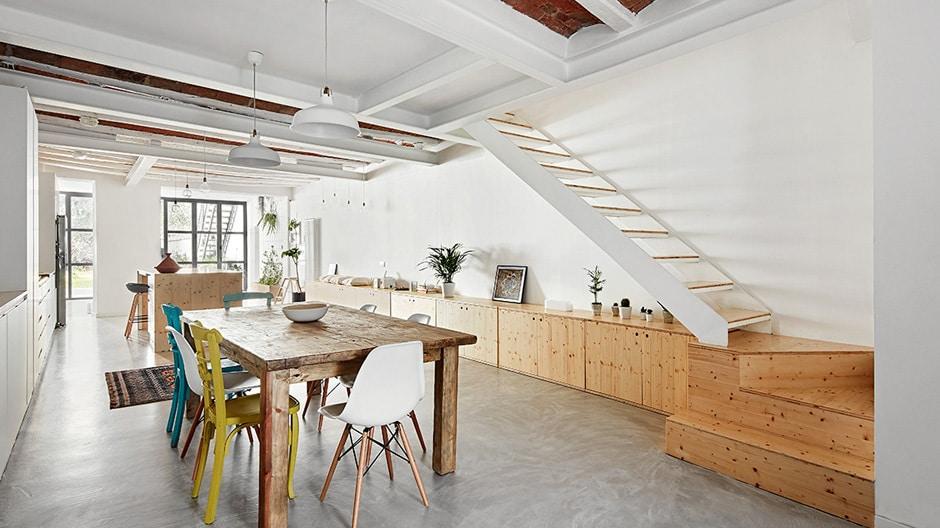 Ein Blick in die helle, aufgeräumte, aber einladende katalanisch-skandinavische Küche verrät, dass hier 2 perfekte Stilmixe kombiniert wurden. Foto: José Hevia