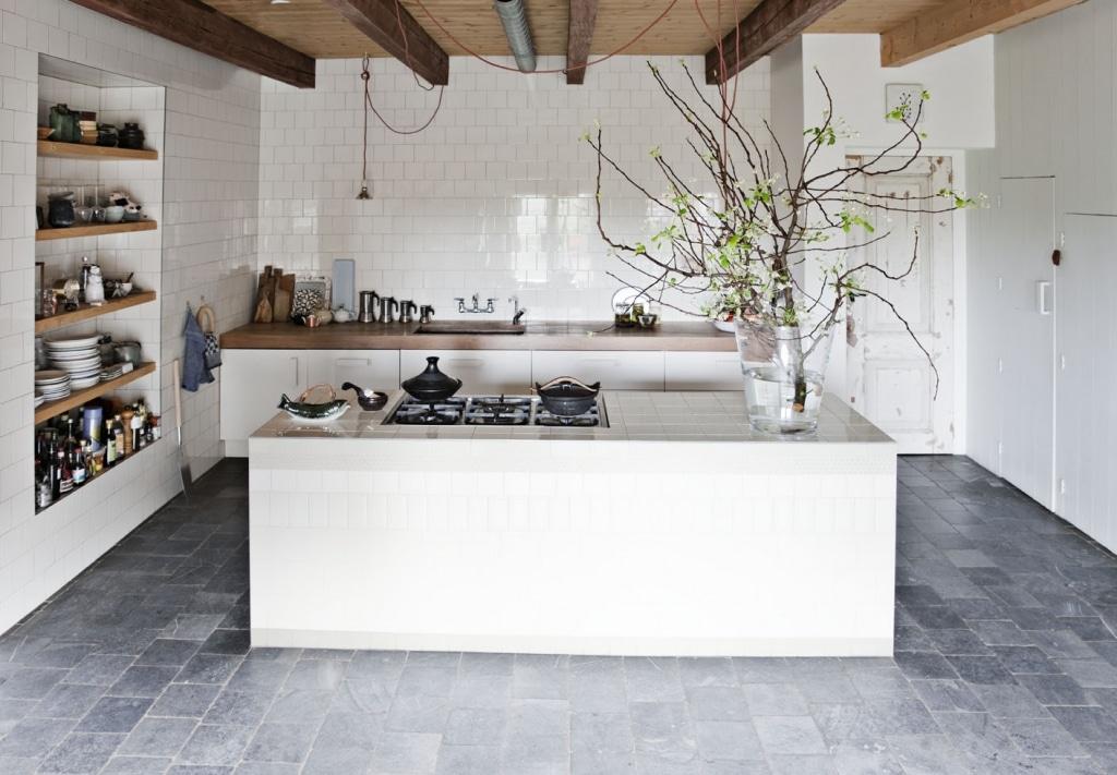 Die Küche als mittelalterlicher, gemütlicher Rückzugsort im hochmodernen Bauernhof. Foto: ina-matt.com