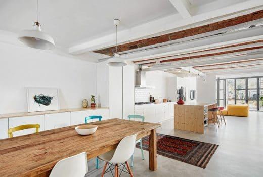 Auch der Esstisch aus rustikalem Altholz sowie die bunten Stühle und Teppiche spiegeln die katalonische Lebensfreude wider. (Foto: José Hevia)