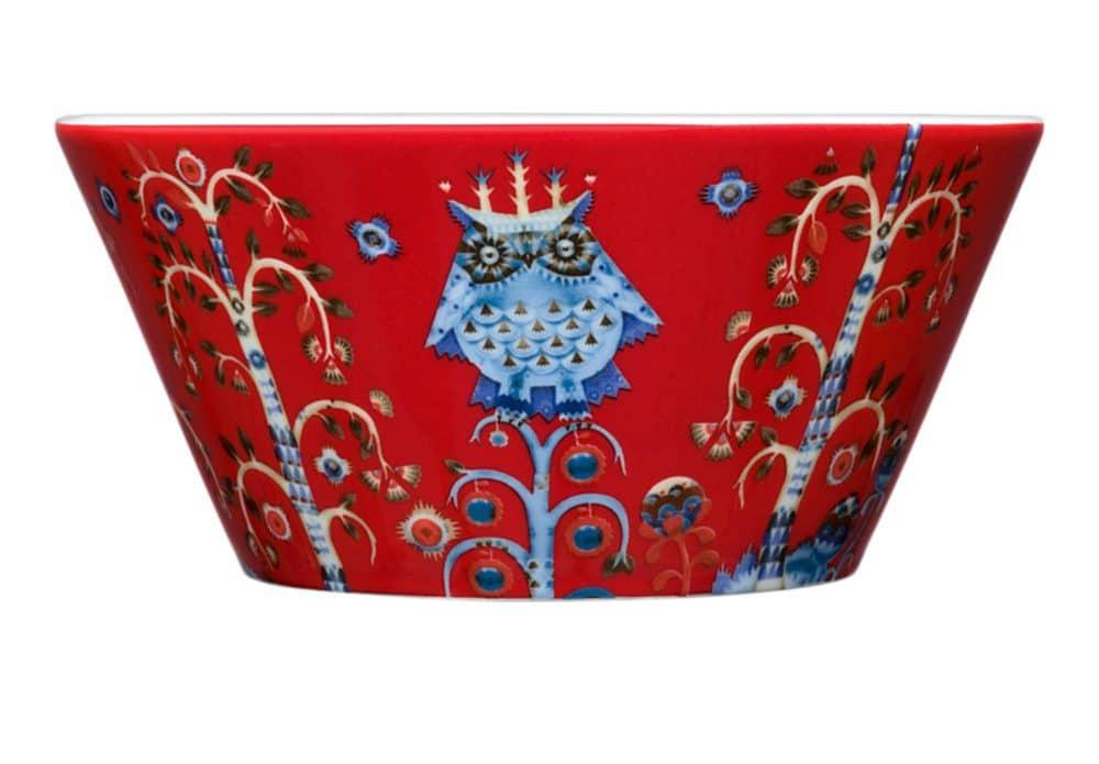 Taika-Schale in rot von iittala, mit süßem winterlichen Motiv bedruckt. (Foto: iittala)