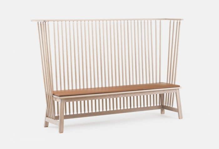Gaaanz weit zurücklehnen kann man sich auf dieser Sitzbank des Studio Ilses: Settle in weißgeölter Eiche gibt Halt und Sichtschutz.