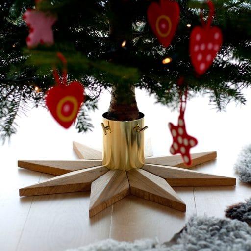 Nicht nur der geschmückte Baum, sondern bereits sein Fußstück ist ein Kunstwerk in Gold und Teakholz. (Foto: Skagerak)