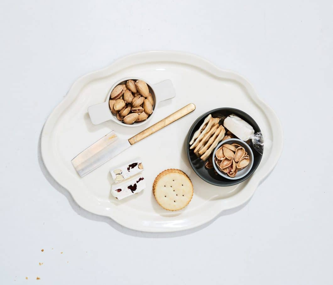 Die örtlichen Keramiker, mit denen Lance und Nikole arbeiten, stellen Küchengeschirr und Küchenaccessoires aus feinstem Porzellan und in oftmals ungewöhnlicher, schöner Form her. Hier: Porzellantablett aus Montreal, 86 USD (Foto: Herriott Grace)