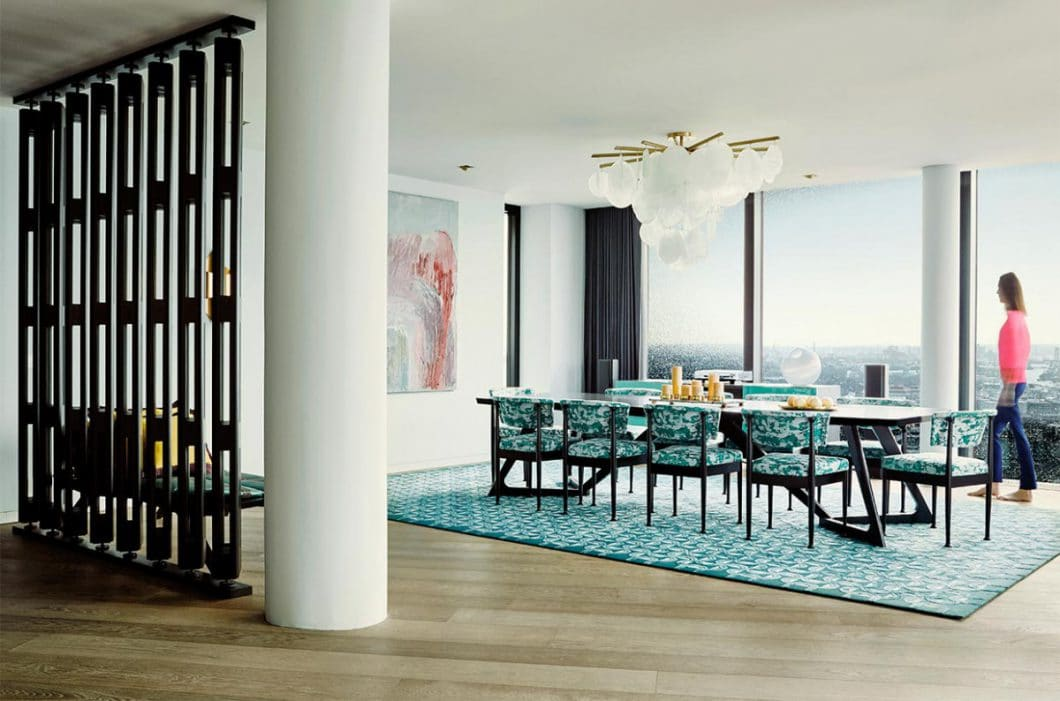 Allein das zur Küche hin geöffnete, aber zum Rest der Wohnung leicht abgetrennte Esszimmer beeindruckt mit einem Panoramablick der Superlative und schrillen Farben. (Foto: Nina Struve, GG Magazine)