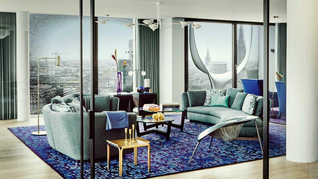 Das größte Loft in der Elbphilharmonie wurde von der britischen Designerin Kate Hume eingerichtet: Die zeitlose, elegante Form steht in herbem Kontrast zum opulenten Interior und extravaganten Farben. (Foto: nina Struve, GG Magazine)