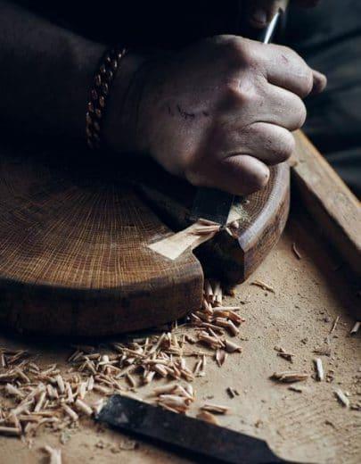 In seiner kleinen Werkstatt in British Columbia sammelte Lance Herriott bereits seit den 70er-Jahren Hölzer aller Art und feilte daran herum. (Foto: Herriott Grace)