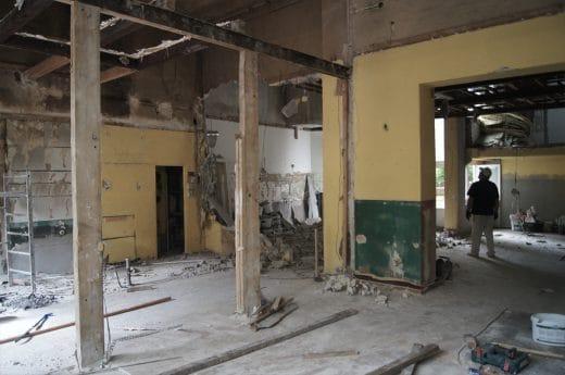 Die Kernsanierung und Restauration sowie der Umbau nahmen etwa ein halbes Jahr in Anspruch. Noch kann sich hier niemand so recht vorstellen, wie gemütlich und hell das einstige Kneipenzimmer werden könnte. (Foto: Burgheim)
