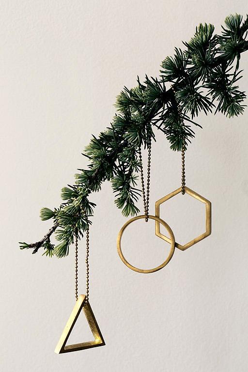 Ein glanzvoller und trendiger Hingucker am Weihnachtsbaum - klassisch gold, ungewöhnlich geometrisch. (Foto: schoener wohnen)