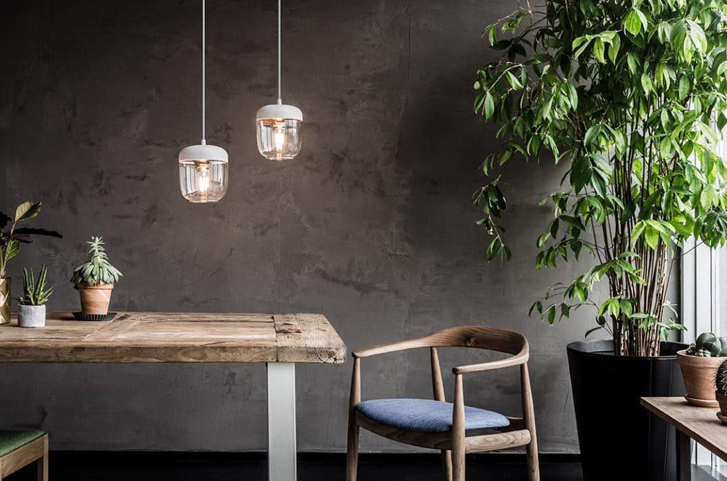 Die Küchenleuchte Acorn von Rudbeck erinnert an eine Eichelnuss. (Foto: Vita Copenhagen)