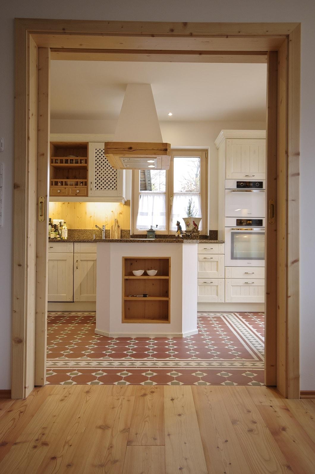 Blick auf Landhausküche von Holzhaus. Foto: Grill & Ronacher
