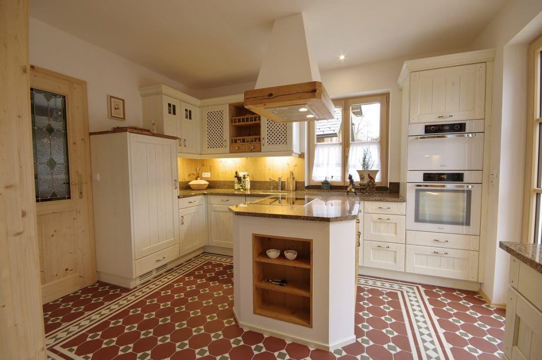 Landhausküche, weiß, Mosaikboden, Grill & Ronacher