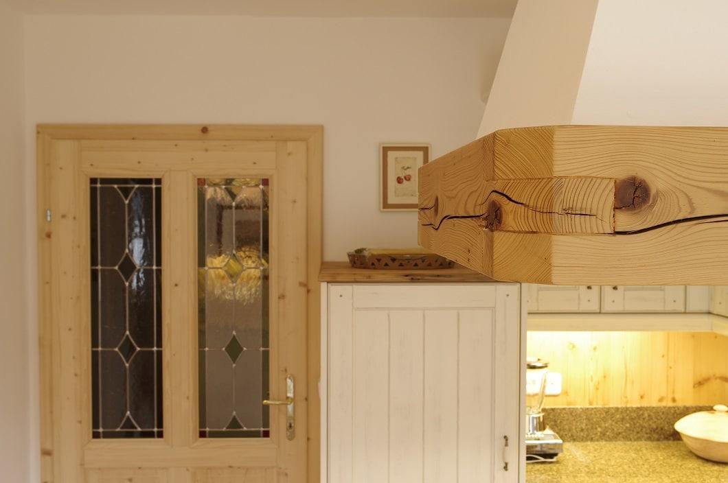 """""""Farbige"""" Elemente werden durch einen mediterranen, hellen Holzton gesetzt, der sich in der Küchentür, in der Kamin-Ummantelung sowie in der restlichen Hausverkleidung wiederfindet. Foto: Grill & Ronacher"""