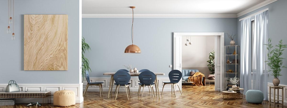 Ein Traum in Blau. Dieser offene Wohnraum, bekleidet mit Stuck, Fischgrätparkett und Flügeltüren, lässt keine Wünsche offen. (Foto: Stock Adobe/Vadim Andrushchenko)
