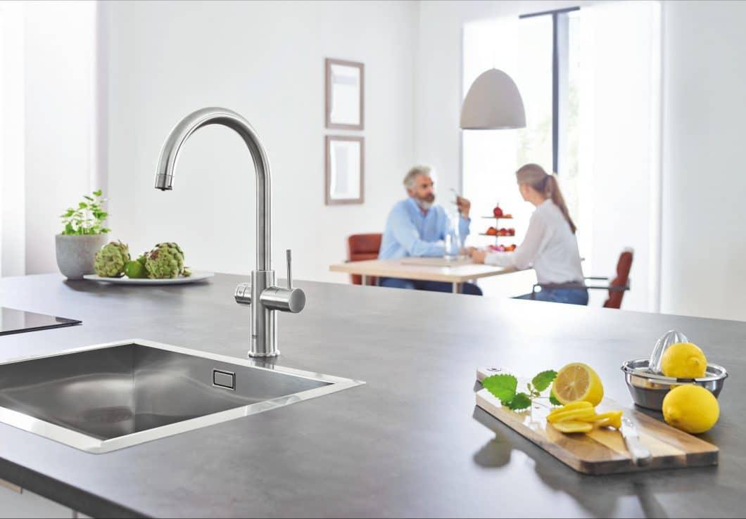 Das Grohe Blue Home System lässt stilles, sprudeliges und gekühltes Wasser aus dem Hahn fließen. (Foto: Grohe)