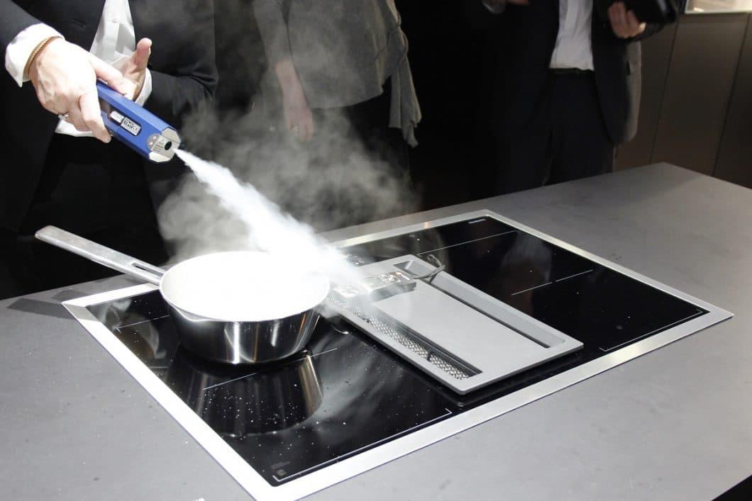 Gaggenau auf der LivingKitchen: Mit extra Dampf wird dem Besucher suggeriert, wieviel Wrasen die neue Muldenlüftung abzuziehen imstande ist. (Foto: Susanne Scheffer)