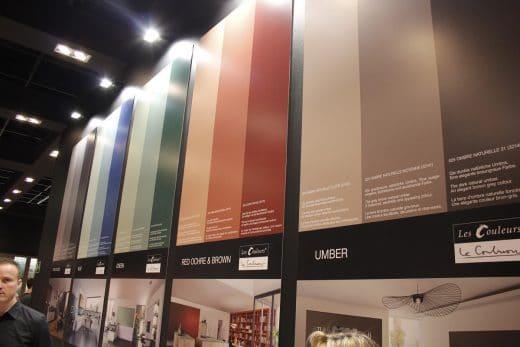Der LEICHT-Stand beeindruckt mit seinen künstlerischen Farben-Arrangements. (Foto: Scheffer)