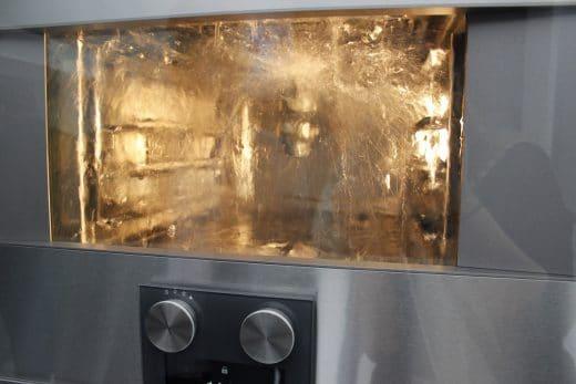 Der Dampfgarer von Gaggenau reinigt sich mit Wasser plus Entkalker selbst - der Backofen darunter via Pyrolyse. (Foto: Scheffer)